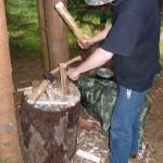 Holzspalten mit dem Messer